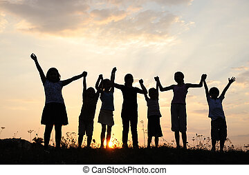 prado, grupo, silueta, pôr do sol, verão, tocando, crianças...