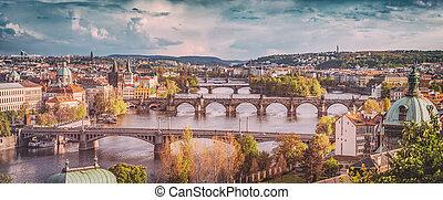 praga, republika czeska, mosty, sylwetka na tle nieba, z, historyczny, charles most, i, vltava, river., rocznik wina