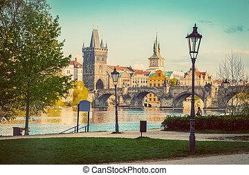 praga, republika czeska, sylwetka na tle nieba, z, historyczny, charles most, i, vltava, river., rocznik wina