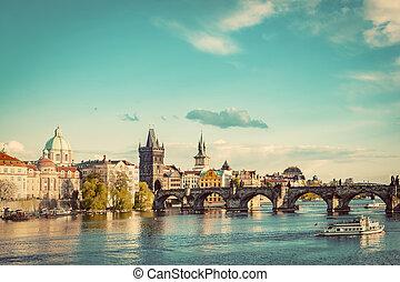 praga, republika czeska, sylwetka na tle nieba, z, historyczny, charles most, i, vltava rzeka
