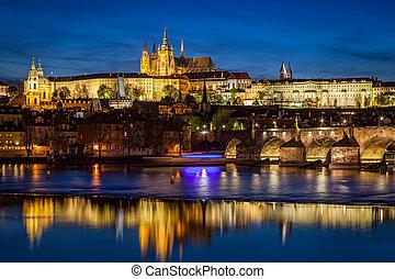 praga zamek, hradcany, odbijanie się, w, vltava rzeka, w, praga, republika czeska, w nocy
