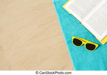 praia, óculos de sol, areia, livro, toalha