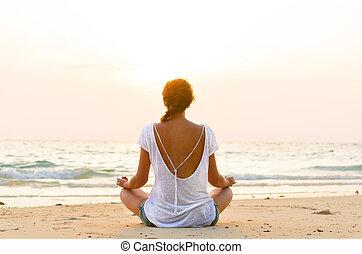 praia, amanhecer, sentando