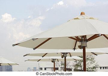 praia branca, guarda-chuva, com, céu, fundo