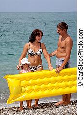 praia, filha, levantar, colchão, jovem, seacoast., praia, mum, família, seixo, amarela, papai