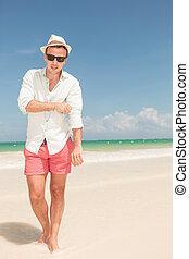 praia, homem jovem, andar