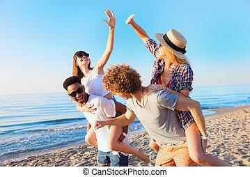 praia, jovem, alegre, verão, desfrutando, amigos