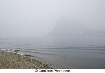 praia, ligado, um, nebuloso, lago, com, montanha