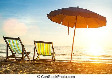 praia, loungers, ligado, desertado, costa, mar, em, amanhecer