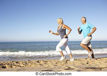 praia, par, executando, condicão física, sênior, roupa, ao longo