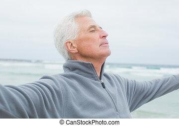 praia, sênior, braços estendidos, homem