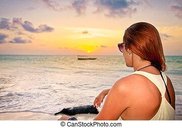 praia tropical, mulher, pôr do sol, sentando