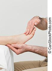 praktiserende læge, holde, den, fod, i, en, patient