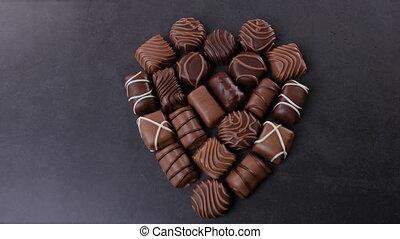 pralines, coeur, noir, formé, chocolat, fond