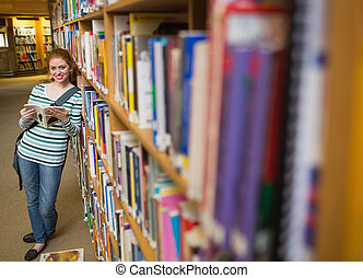 prateleira, biblioteca, alegre, livro, estudante, inclinar-se, leitura