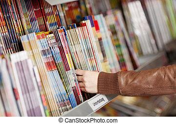 prateleira, mulher, revistas, escolher, mãos