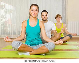 pratique, adultes, yoga, groupe