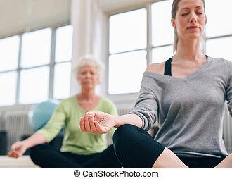 pratiquer, décontracté, fitness, yoga, gymnase, femmes