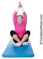 pratiquer, femme aînée, yoga