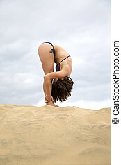 pratiquer, femme, yoga, jeune, désert