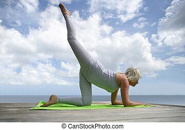 pratiquer, femme, yoga, mûrir