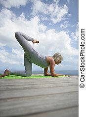 pratiquer, femme, yoga, océan