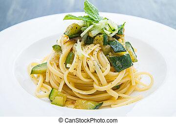 prato, espaguete, com, abobrinha, e, hortelã, folhas