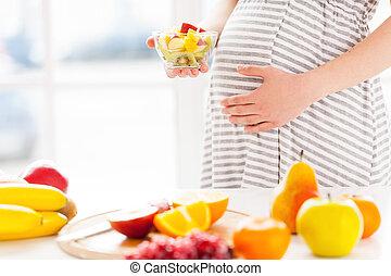 prato, mulher, salada, grávida, alimento, imagem, recortado, saudável, só, fruta, wirh, segurando, fresco, meu, baby.