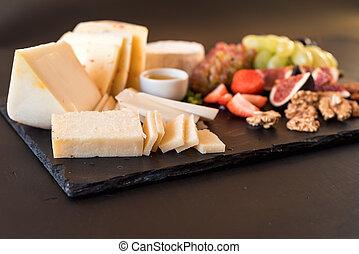 prato queijo, com, variedade, de, aperitivos, ligado, tabela