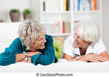 pratstund, två, äldre, kvinnlig, vänner, ha