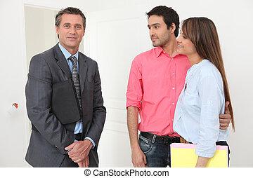 prawdziwy, pośrednik w sprzedaży nieruchomości, para, spotkanie, stan