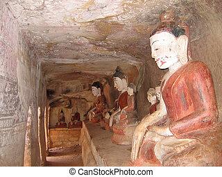 Praying buddhas one of the Hpo Win Daung caves, Myanmar -...