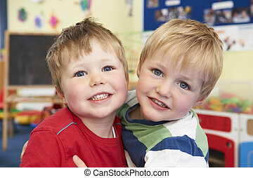 pre escuela, dos, abrazar, uno, niños, otro