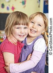 pre escuela, niñas, dos, abrazar