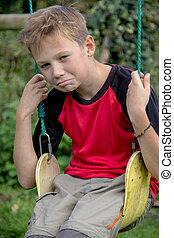 pre-teen, chłopiec, smutny, huśtać się, posiedzenie