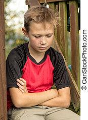 pre-teen, chłopiec, zewnątrz, smutny, posiedzenie