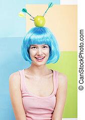 precision., divertido, mulher, em, azul, peruca, maçã verde, e, dardos