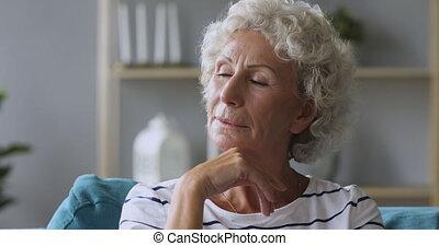 precz, zamyślony, sofa, senior, patrząc, myśli zadumane, dama, posiedzenie