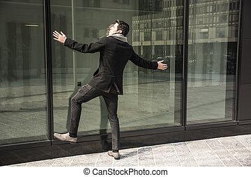 predios, escritório, contra, janela, inclinar-se, homem