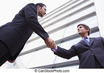 predios, escritório, exterior, homens negócios, mãos sacudindo