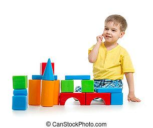 predios, menino, pequeno, blocos, coloridos, isolado, branca, tocando