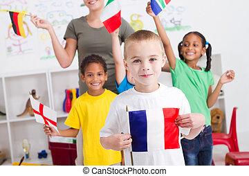 preescolar, niños, con, banderas