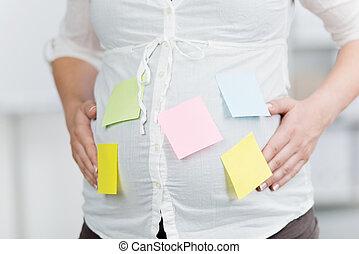 pregnant, femme affaires, notes, collé, ventre, poteau-il