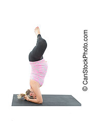 pregnant, fitness, femme, faire, étendue, sur, yoga, et, pilates, pose, blanc, fond, les, concept, de, sport, et, santé