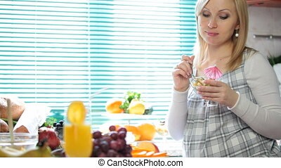 pregnant woman at breakfast