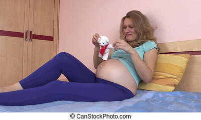 pregnant woman lie bed