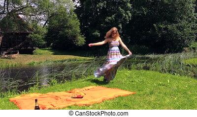 pregnant woman picnic