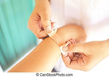 premier, infirmière, aide, blessure, poignet, -, soin, bander, santé, concept, blessure, médecine, coude, bras