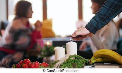 premier plan, femme, parler., séance, bougies, jeune, haut, café, deux, éclairage, homme