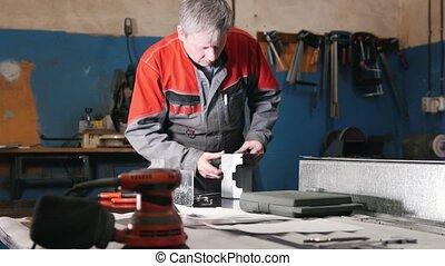 premier plan, montage, ouvrier métal, émoulage, main, partie...
